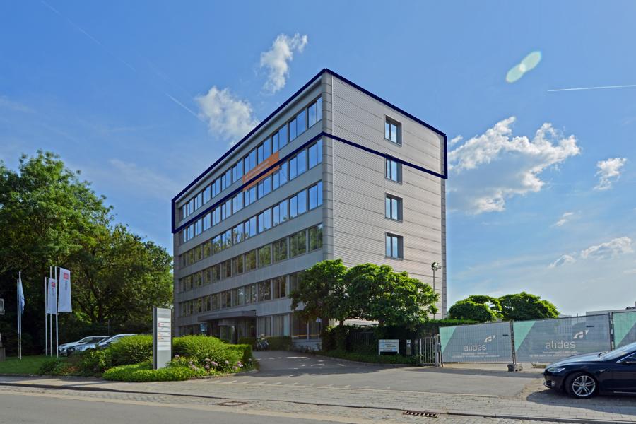 Ingerichte kantoren aan de oevers van de Schelde, rand van Gent.