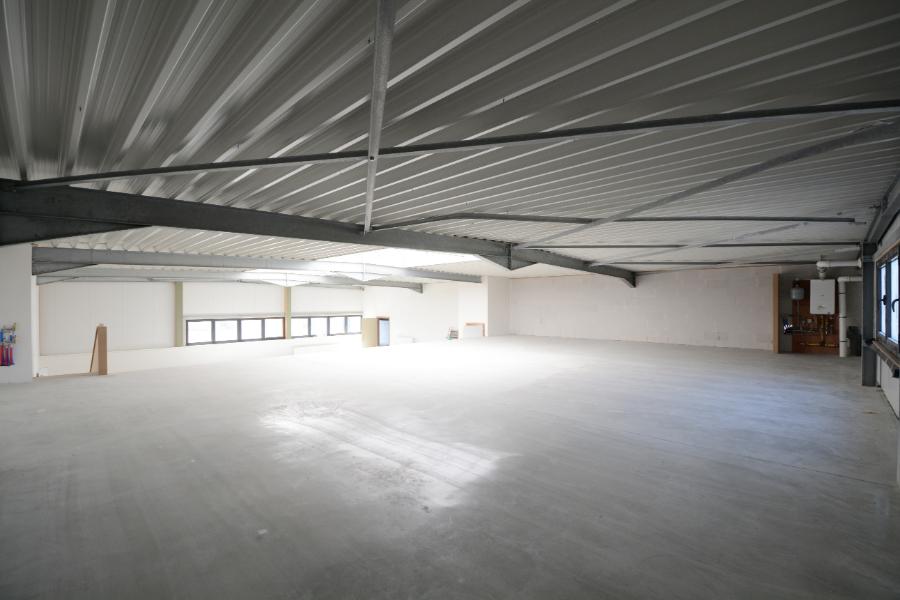 BOVENVERDIEPING: Magazijn/kantoorruimte te koop op goede ligging in Zomergem.