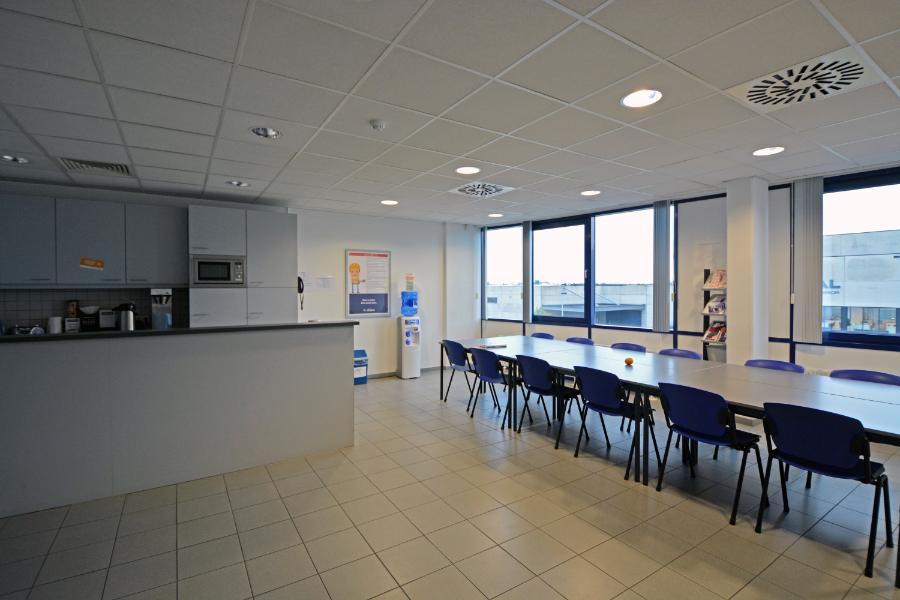 Uitgerust bedrijfsgebouw met kantoren op 5ha langs de haven van Gent en vlakbij R4