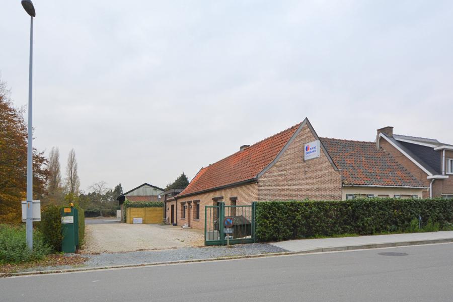 Strategisch gelegen woning met bijgebouwen op een perceel van 2804m²