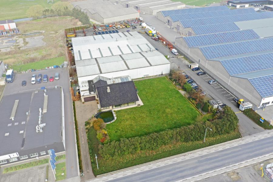 Bedrijfsgebouw op 1,1ha met kantoren en woonst langs de R8 - Kortrijk-Heule