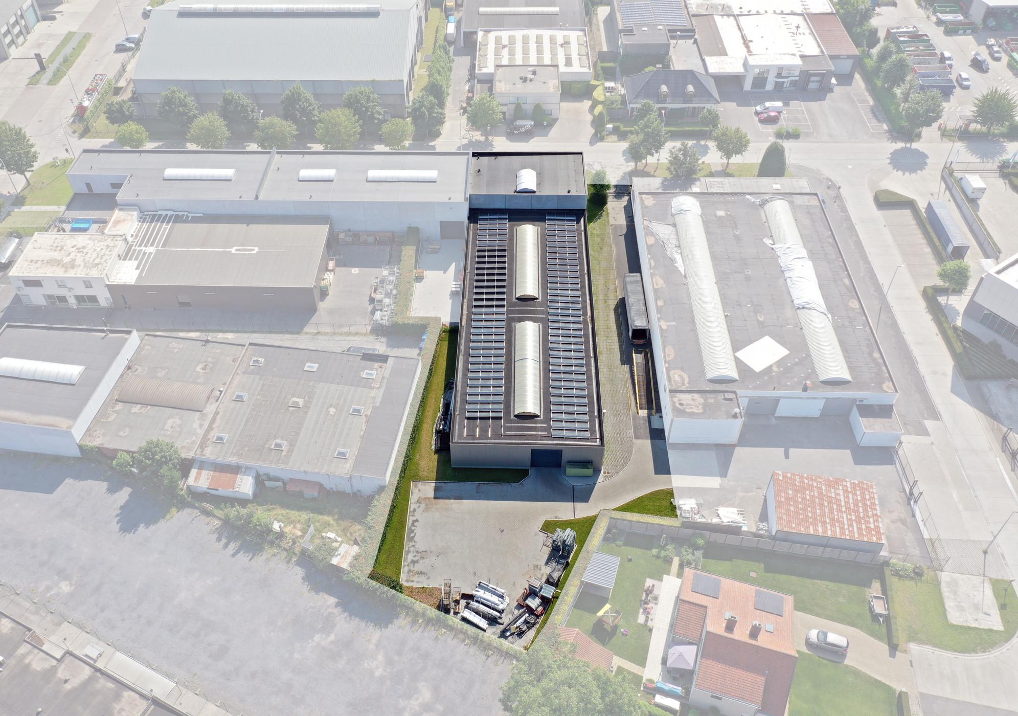Magazijn (1235m²) met kantoren (122m²) te IZ De Tonne