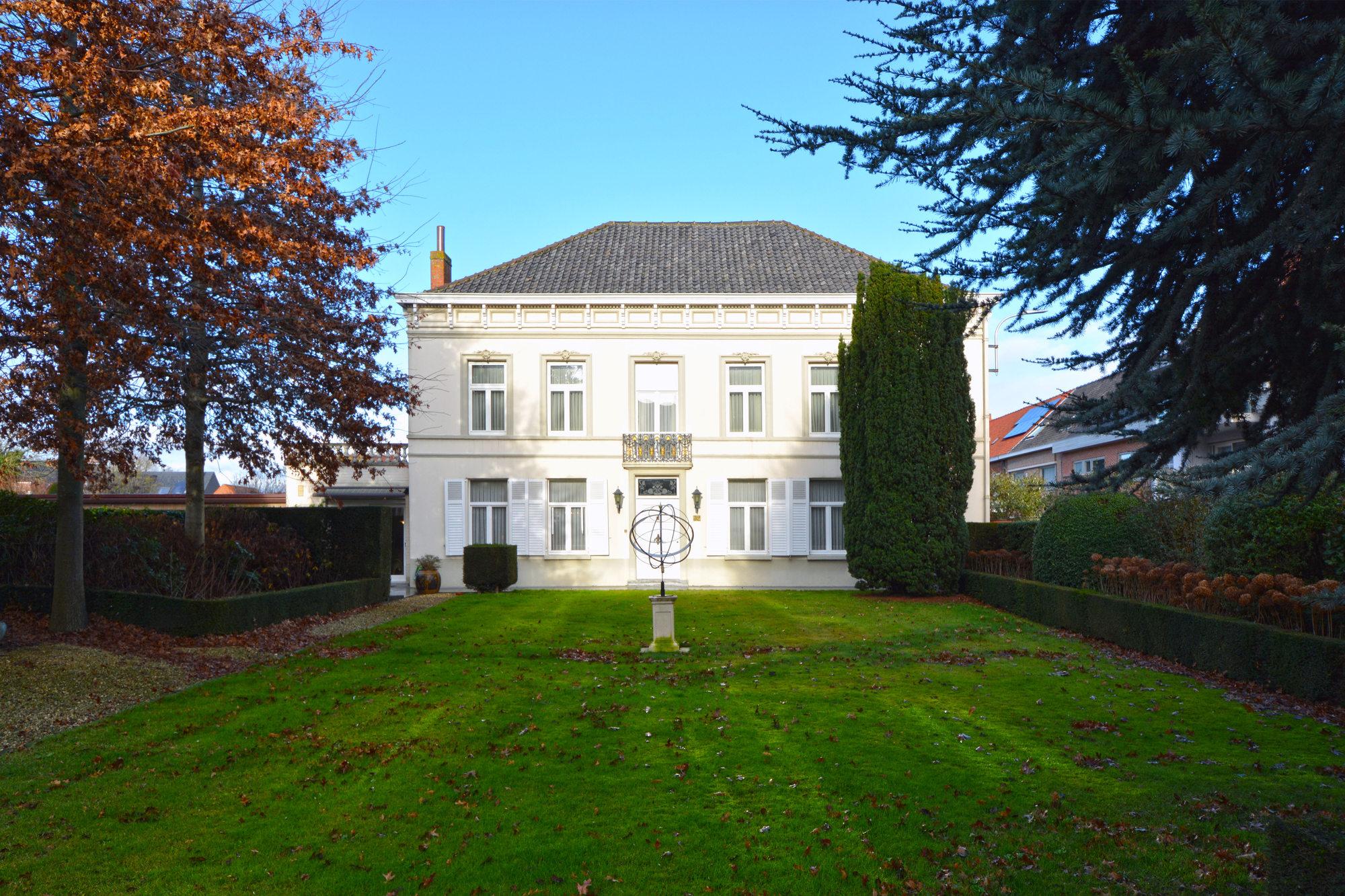 Een neoclassicistische herenwoning daterend uit eind 18e eeuw met een rijke geschiedenis.